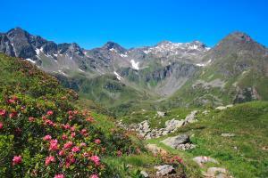 Weitwandern entlang des Schladminger Tauern Höhenwegs. Blick zur Kleinprechthütte. (c) Martin Huber