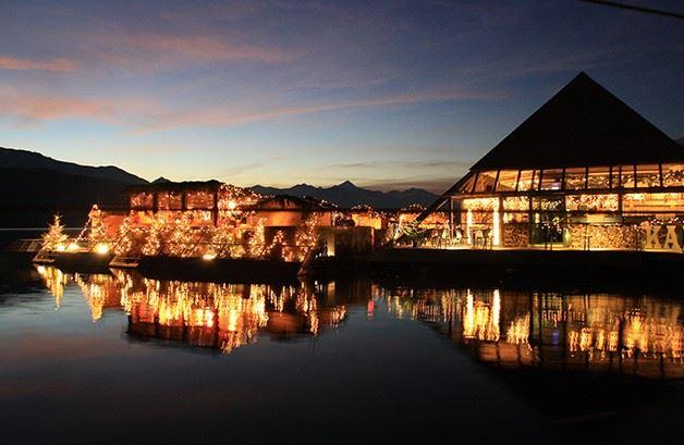 """Die  """"schwimmende"""" Winter- und Weihnachtsterrasse am Millstätter See. (c) Millstätter See Tourismus GmbH."""
