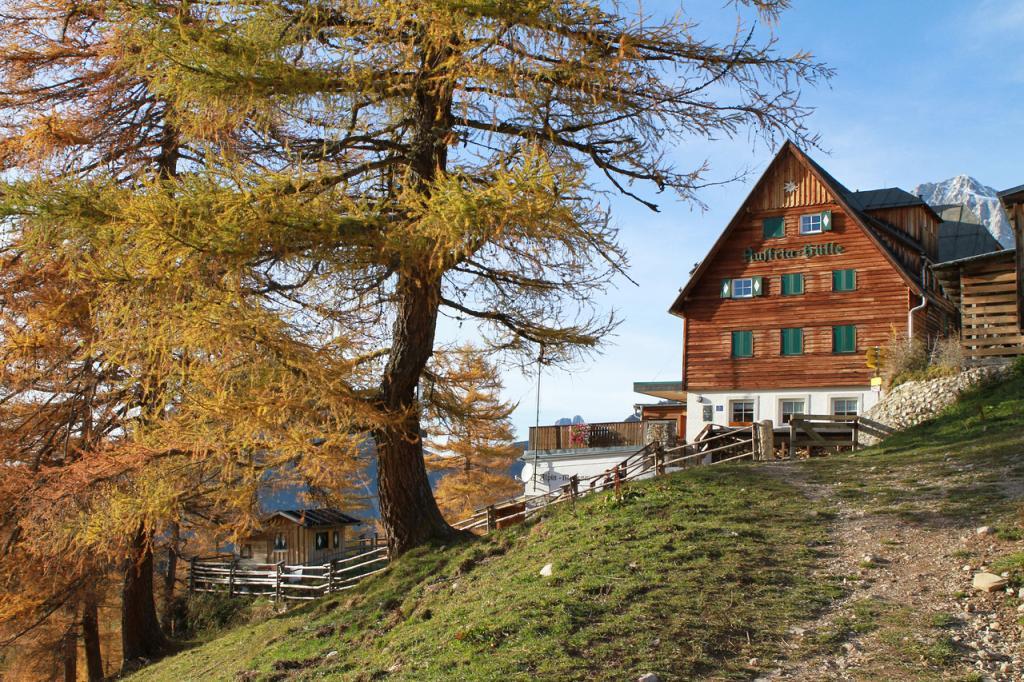 Weitwandern entlang der Dachsteinrunde - die Austriahütte - (c) HP Steiner