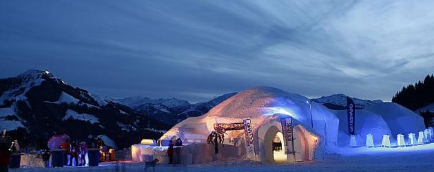 SKIWELT_000371_ALPENIGLU-Dorf-am-Abend_Bildarchiv-SkiWelt