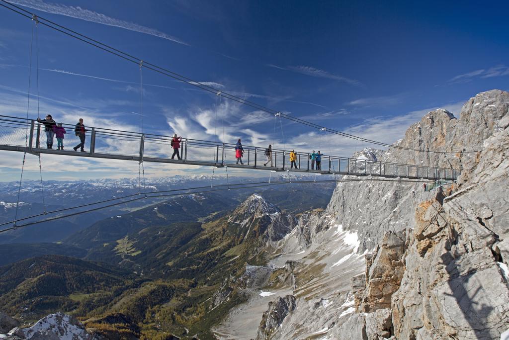 Weitwandern entlang der Dachsteinrunde - die Hängebrücke mit der Treppe ins Nichts (c) Herbert Raffalt