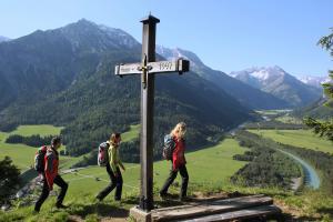 Wanderer_Lechweg_Gipfelkreuz (c)Lechweg