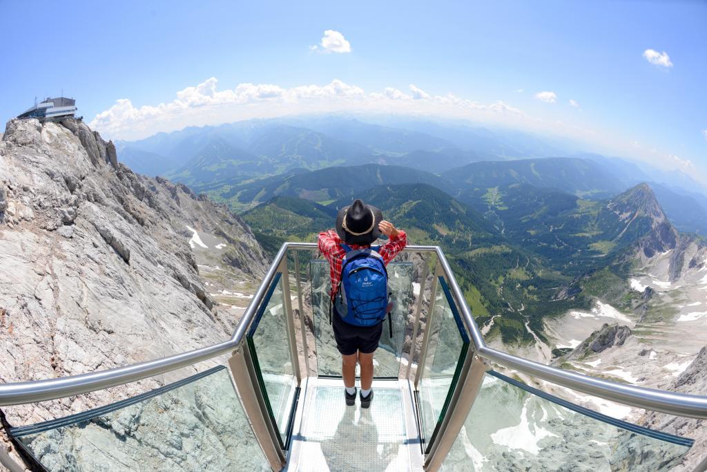 Die spektakulärsten Aussichtsplattformen in den Alpen Treppe ins Nichts am Dachsteingletscher (c) Gery Wolf