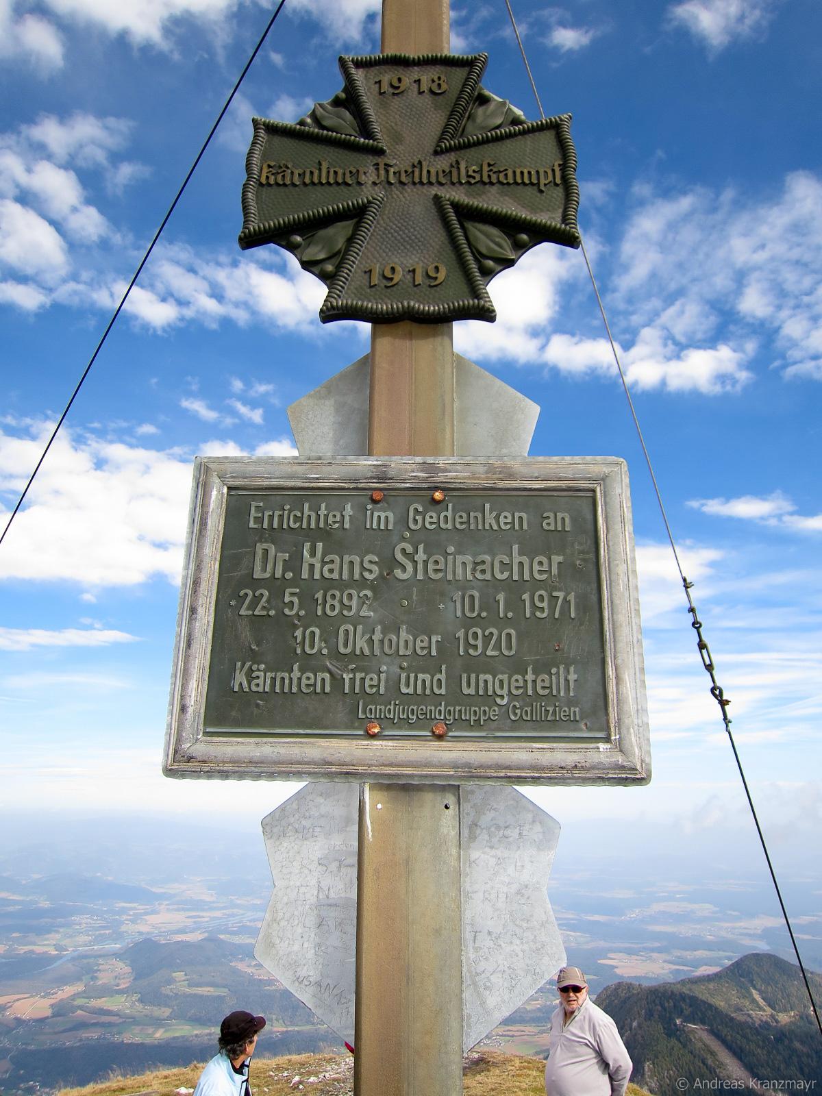 Kurze Pause nach dem erreichen des Gipfelkreuzes am Hochobir