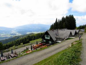 Jetzt wartet eine längere Rast bei der Tonnerhütte am Zirbitzkogel
