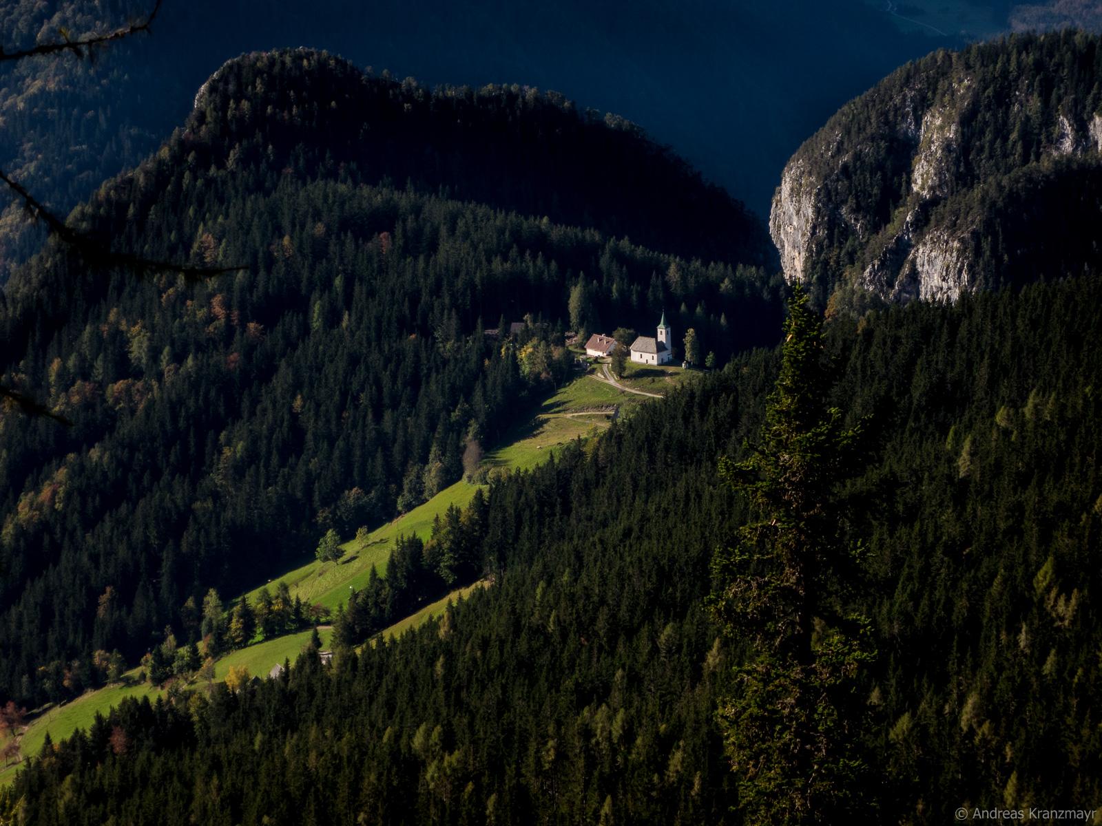 Von weitem sieht man auf die Kirche Sveti Duh