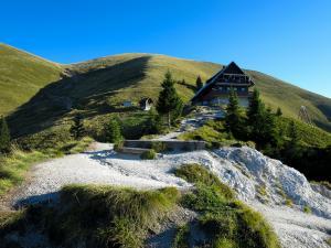 Nach einem kurzen Aufstieg erreicht man die Koča na Golici Hütte oder auch Kahlkogelhütte genannt