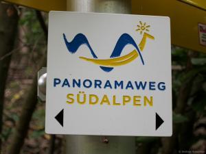 Eine entsprechende Kennzeichnung entlang des Panoramaweg Südalpen hilft bei der Orientierung