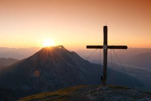 Sonnenaufgang mit dem Gipfelkreuz des Stoderzinken