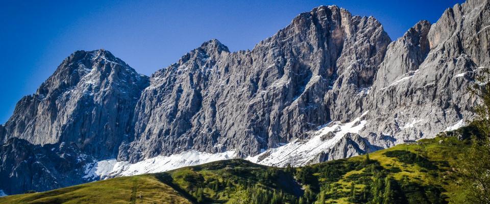 Blick von der Türlwandhütte auf das Dachsteinmassiv und die Dachstein Südwandhütte (ganz rechts auf dem grünen Bergrücken)