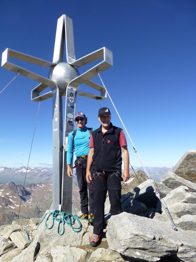 Angekommen am Gipfel des Zuckerhütl. Hier gibt es eine Rundumsicht über die Alpen so weit das Auge reicht.