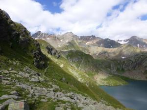 Beim Schwarzsee (Lago Nero del Tumulo) kann ein kurzer Stop eingelegt werden. Er wird umringt von Bergen. Am Etappenende lädt das Gasthaus Hochfirst zur Rast ein.