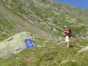 Nach kurzer Zeit auf der Etappe 4 erreicht man die Staatsgrenze nach Italien. Ab jetzt geht es bis zum Etappenende in italienischen Staatsgebiet weiter.