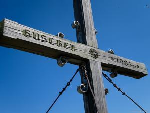Schon bald erreicht man das Gipfelkreuz der Guschen auf 1983 m Höhe
