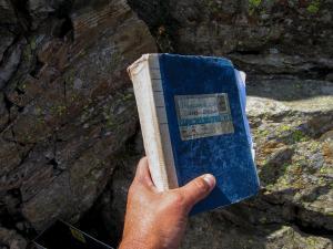 Das Gipfelbuch der Gollingscharte auf 2.362 Hm. Von hier aus startet der Abstieg zum Etappenziel - der Gollinghütte