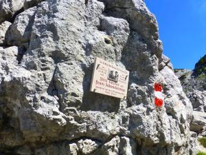 Entlang der zweiten Etappe eine Gedenktafel in der Nähe der Bergsteiger-Gedenkstätte...
