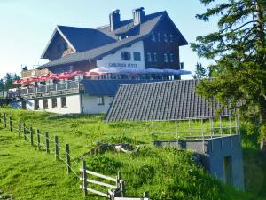 Die Gablonzer Hütte auf 1.550 m Seehöhe bietet sich als Übernachtungsmöglichkeit der zweiten Etappe an