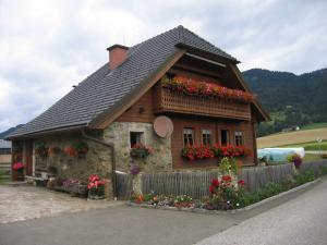 Zahlreiche Bauernhöfe mit wunderschönen Blumen gibt es entlang des Weges