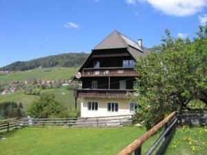Wieder kommt man an schönen Häusern und Bauernhöfen vorbei