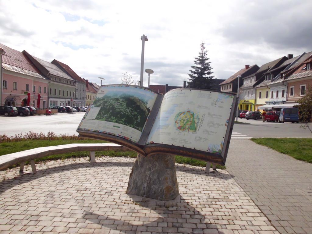 Startplatz der Via Natura beim NaturLese-Buch am Hauptplatz in Neumarkt, © Naturpark Zirbitzkogel-Grebenzen