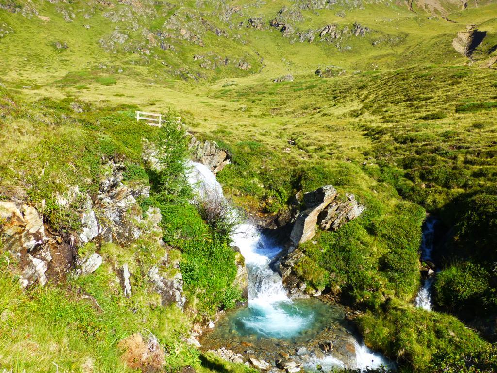 ...Wasserstellen, Flüßen, Rinnsalen und kleinen Wasserfällen vorbei.