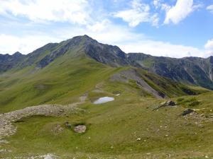 Kleiner Bergsee in der Ferne