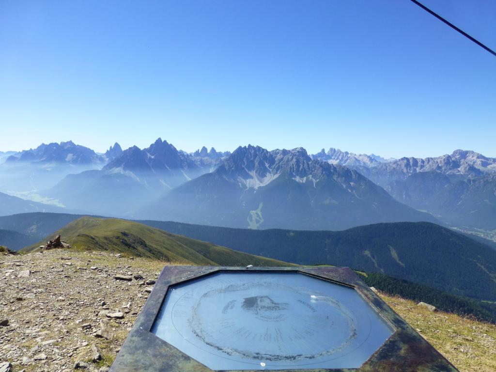Am Gipfel des Toblacher Pfannhorn kann man die schöne Aussicht auf die Sextener Dolomiten genießen