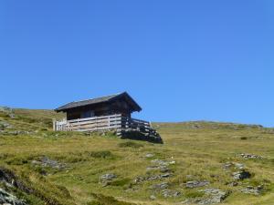 ...und an alten Hütten bis zum Etappenende