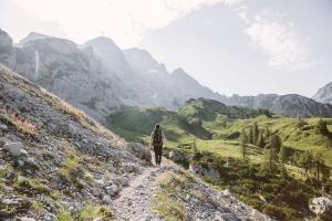 Wandern am dachsteinrundwanderweg © SCHLADMING-DACHSTEIN Tourismusmarketing GmbH