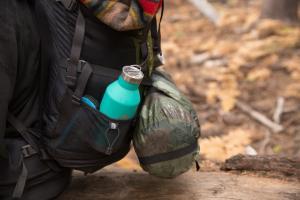 Trinkflasche von MIZU beim Wandern, Mizu