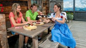 Hüttenrast nach Wanderung mit Jause auf der Jochstubn, © Kitzbüheler Alpen, Eisend Stefan