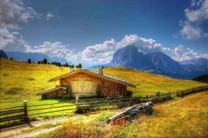 Almhütte_Weitwandern_Dolomiten2©pixabay