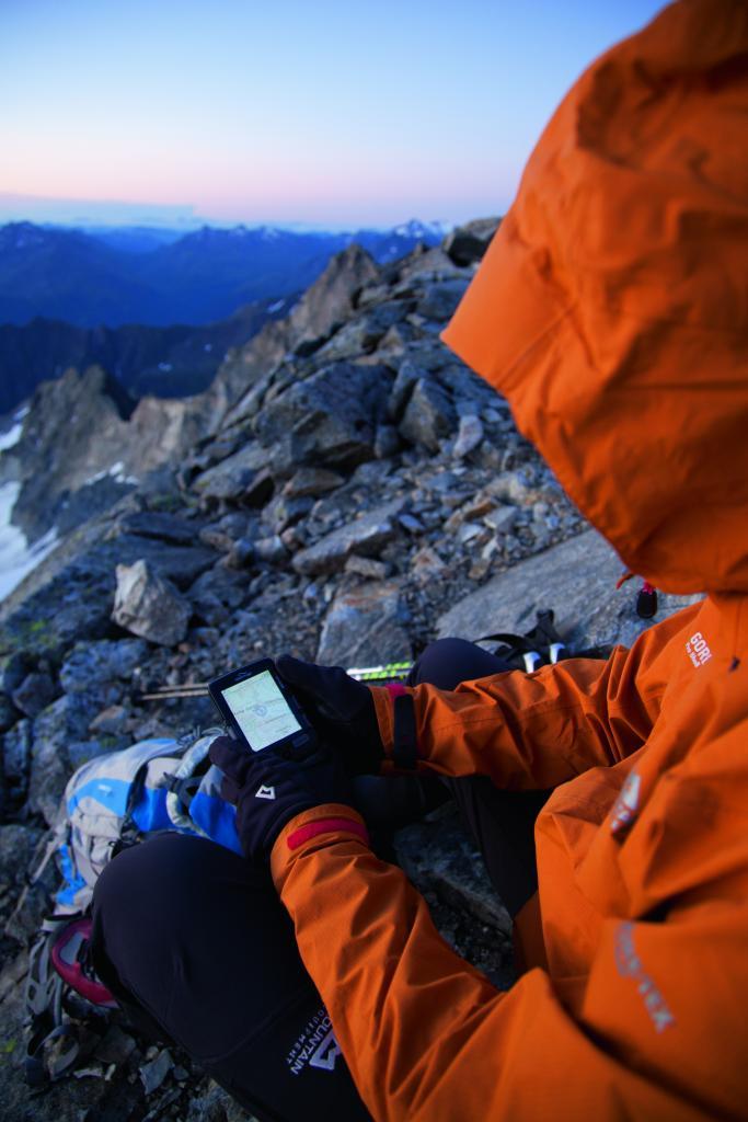 Bergsteiger mit GPS an der Hohen Geige, Oetztaler Alpen, Tirol, Oesterreich.
