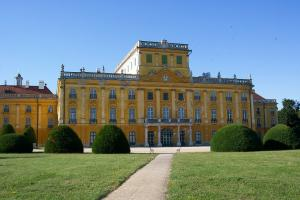 esterhazy-palace-89510_1280 c pixabay