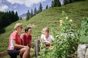 fuehrung-im-kraeutergarten ach du grüne Neune © Nicola Woisetschläger, Hochkönig Tourismus GmbH