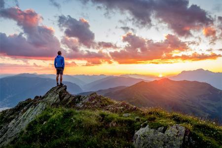 Weitwandern mit Sonnenaufgang Weitwandern © Shutterstock