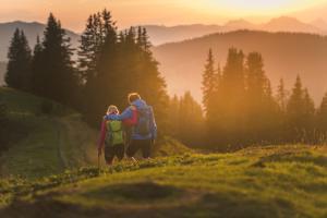 sonnenaufgang-bei-der-kraeuterweitwanderung-am-natrun ach du grüne Neune ©Katrin Winkler, Hochkönig Tourismus GmbH